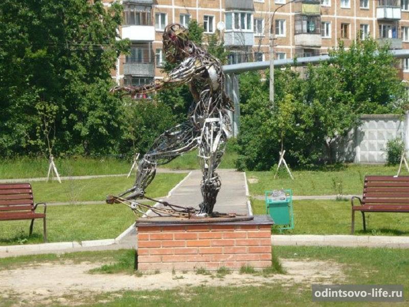 Скульптура футболиста в техно-арт стиле