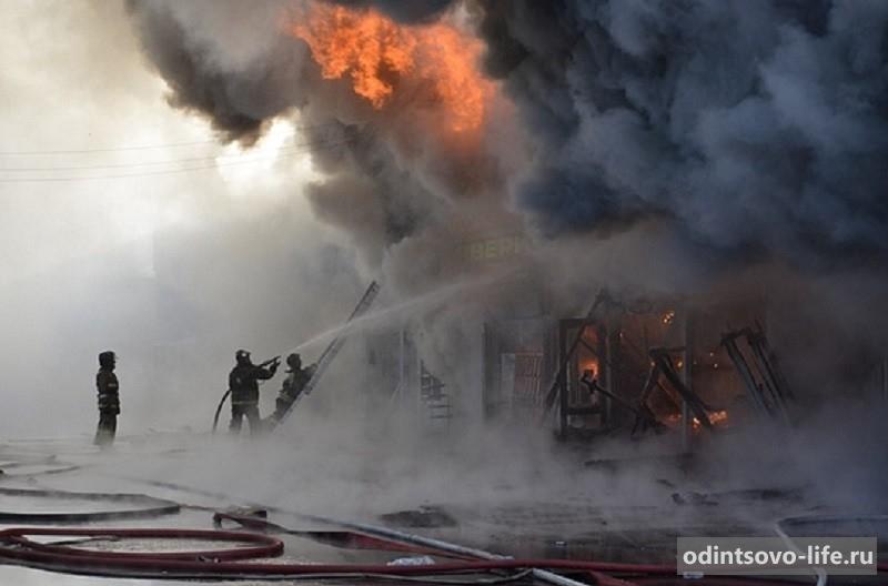 Пожар на строительном рынке ТВЦ на минке