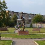Скульптура футболиста в Хлюпино