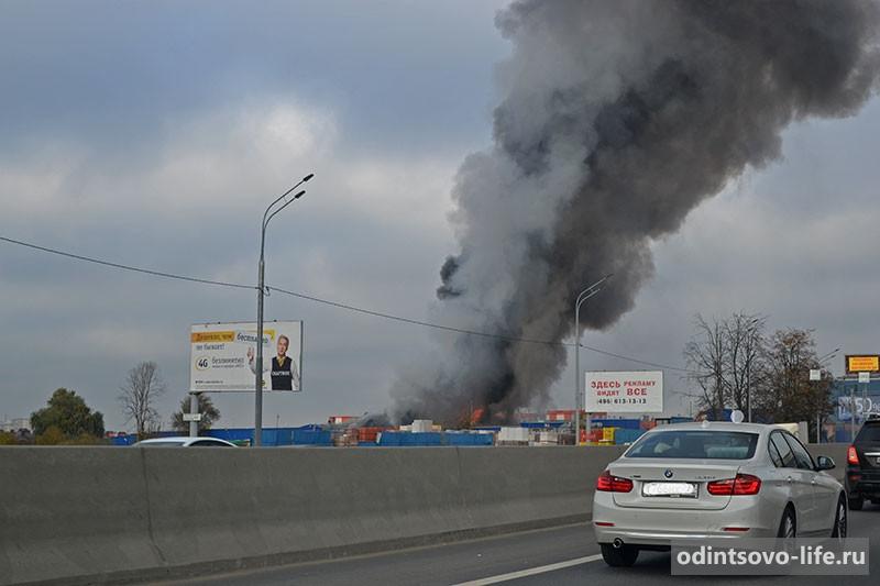 Пожар на строительном рынке в Немчиновке